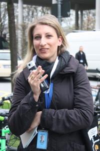 Denise Beyer erläutert das Unternehmen bei einem Spaziergang über den Campus in Schwabing.